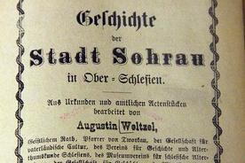 Strona tytułowa historii Żor, pióra ks. Augustyna Weltzla prezentowana na wystawie jego dzieł w opolskiej WBP